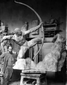 Antoine Bourdelle avec Héraklès archer dans l'atelier | Musée Bourdelle
