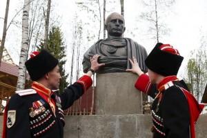 Le Monde / Un buste de Poutine en empereur romain érigé en « reconnaissance de l'annexion de la Crimée »