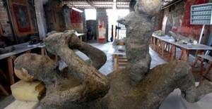 La restauration des moulages révèle des détails sur les victimes du Vésuve.