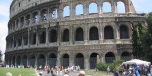 Huffington Post / Une touriste française arrêtée pour avoir écrit son nom sur une pierre du Colisée à Rome