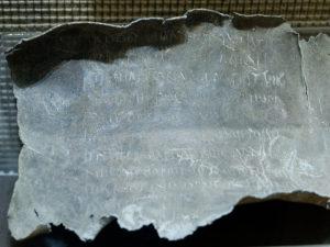 Un témoignage des pratiques magiques de l'Antiquité : la tablette de malédiction de Tongres